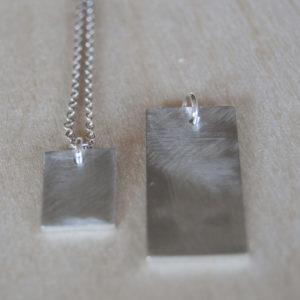 Zilveren tag | geschuurd | twee