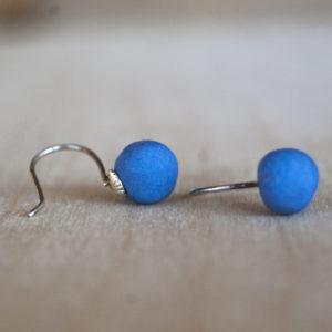 Korte zilveren oorbellen met donkerblauw porselein