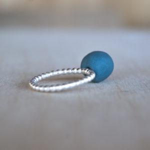 Zilveren bolletjes aanschuifring met blauwgroen porselein
