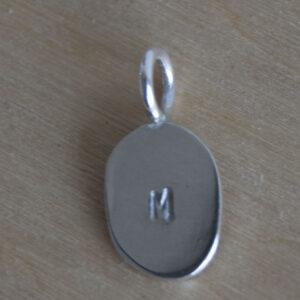 Bedel ovale vorm letter M